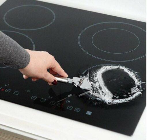 Sử dụng dao đúng cách giúp bảo vệ bề mặt bếp