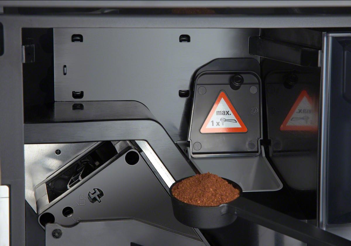 vị trí đưa bột cafe vào Máy pha cà phê Miele CVA6805