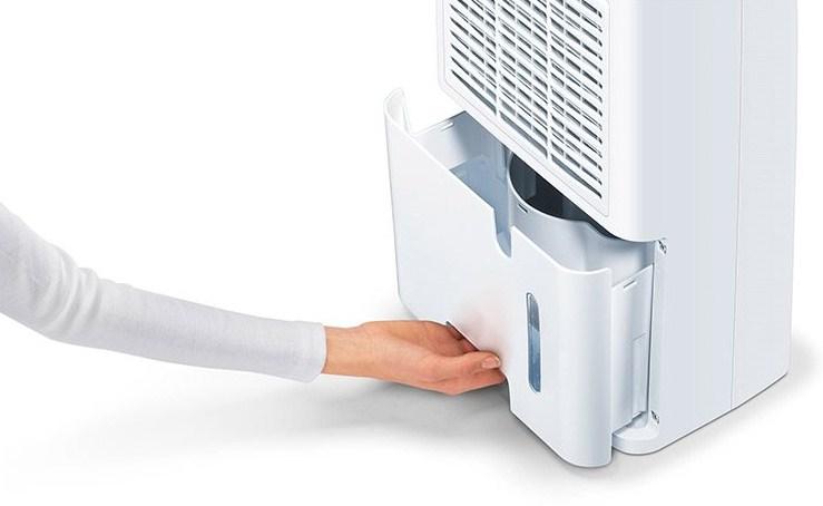 Khay nước của Máy hút ẩm Beurer Le30 dễ lấy ra và lắp đặt vào