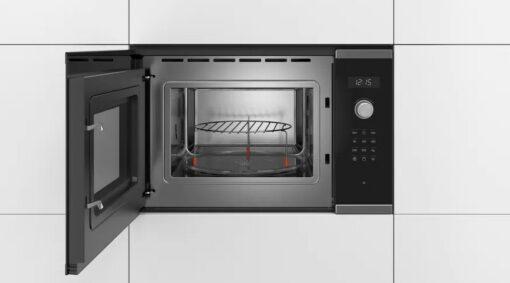 Khoang của Thiết kế sắc nét của Lò vi sóng Bosch BEL554MS0 được làm bằng chất liệu thép không gỉ